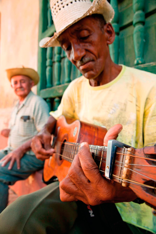 The distinctive trés guitar, lead instrument in són. Photo by Bildagentur-Online/Schickert/Alamy Stock Photo