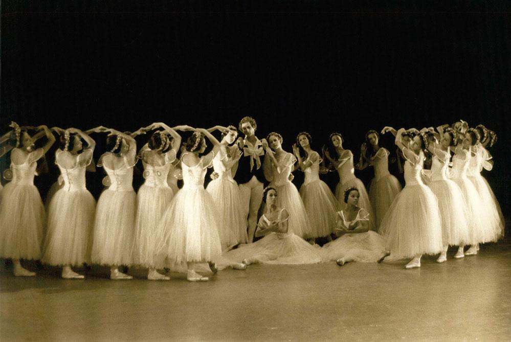 Cuba's Ballet Nacional performing in 1974. Keystone Pictures USA/AlamyStock Photo