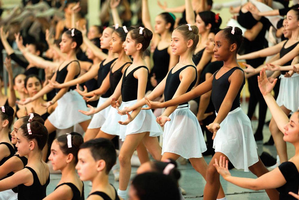 Young dancers of the Ballet Nacional. Prisma by Dukas Presseagentur GmbH/AlamyStock Photo