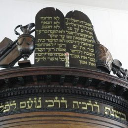 Detail of the Aron Kodesh (the Holy Ark), showing the Ten Commandments in Hebrew. Photograph by Roy Tijn